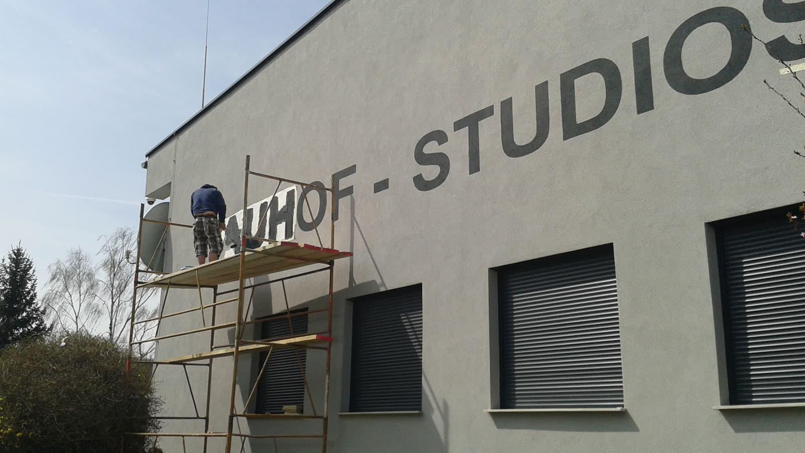 auhof studios fassadenbeschriftung schablonenmalerei
