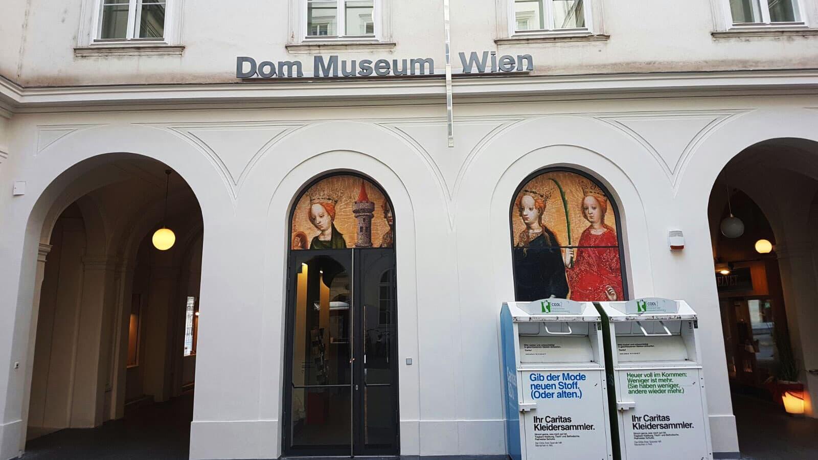 DOMMUSEUM WIEN: Fassadenbeschriftung mit Buchstaben aus Aluminium, Montage Buchstaben Fassade